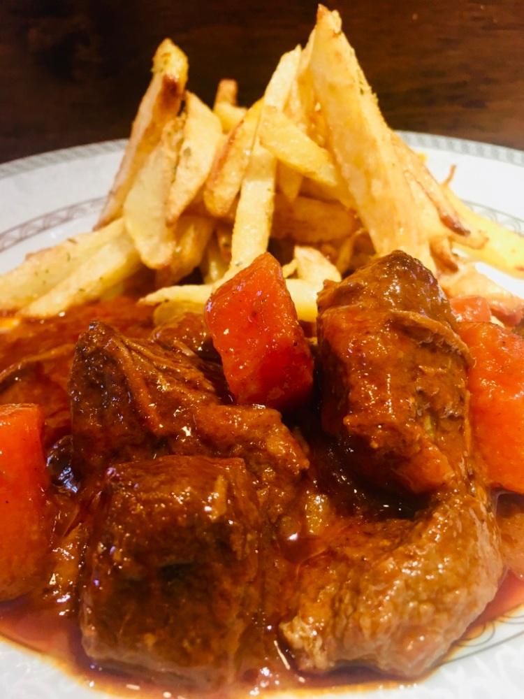 Griechische Küche: Kokkinisto. Die griechische Version von Gulasch